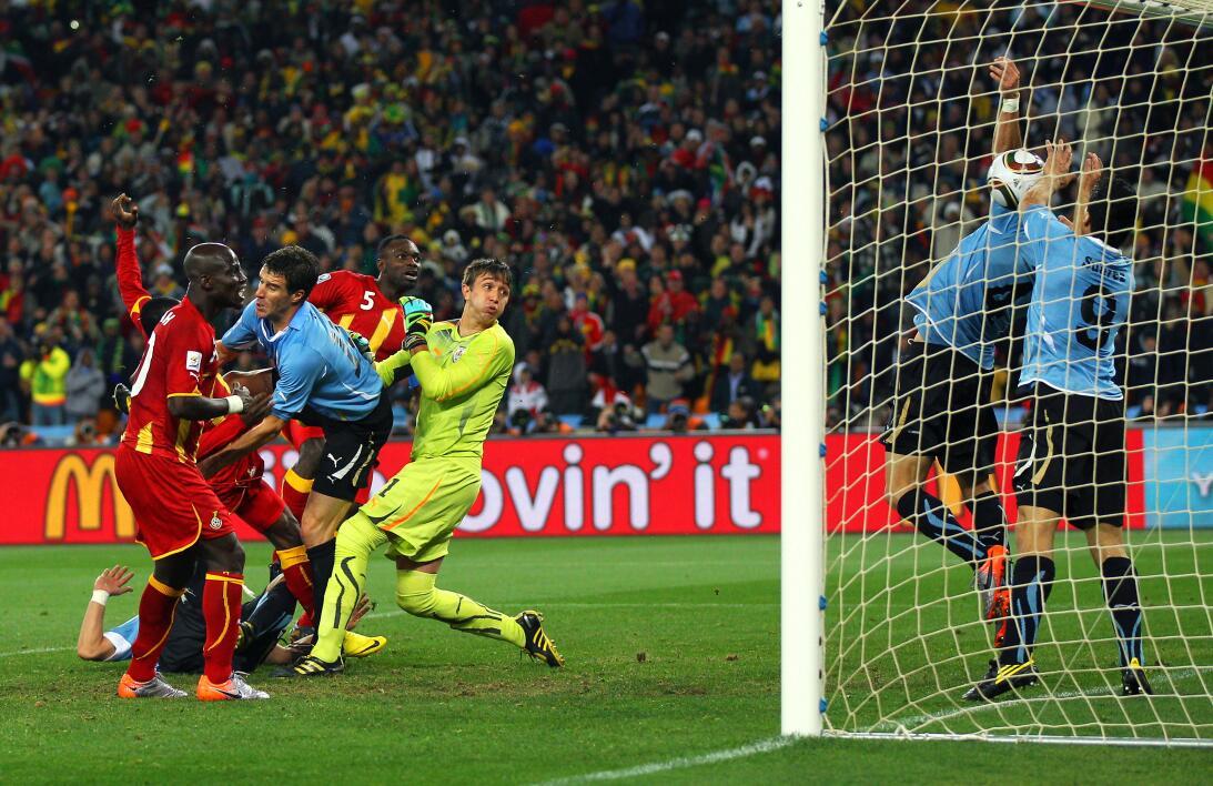 Historias de Mundiales: la polémica de Luis Suárez antes de morder a un...