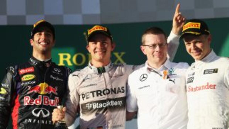 Rosberg (al centro) festeja su triunfo en el GP de Australia.