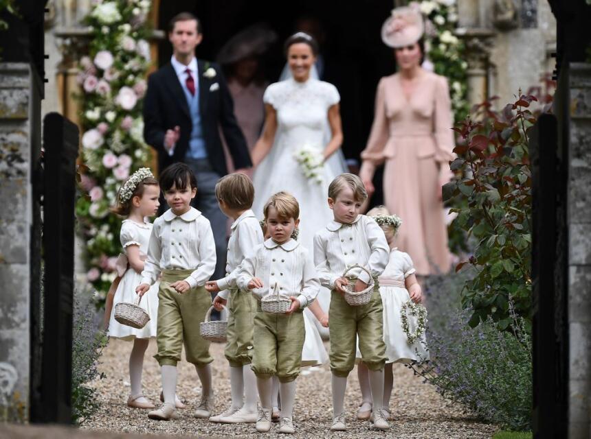 Los pequeños pajes a la salida, seguidos de los recién casados y la Prin...