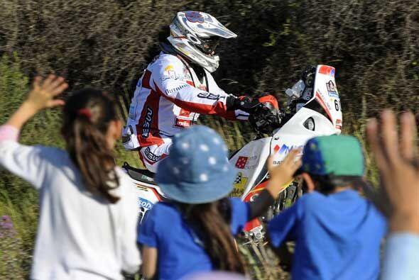 El español Joan Barreda pasó a toda velocidad en su Aprilia frente a un...