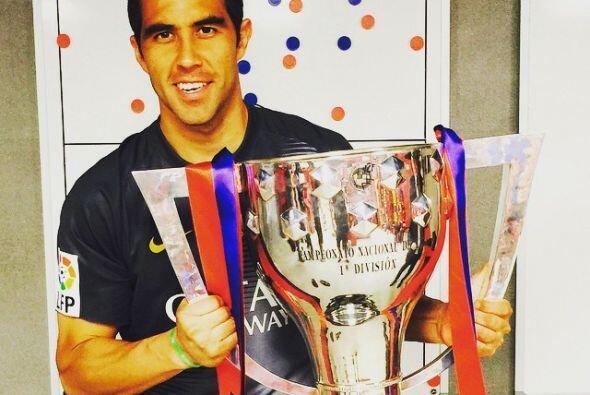 El portero Bravo compartió en sus redes sociales esta imagen con el trofeo.