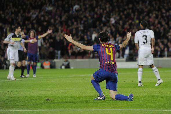 Ya en el segundo tiempo, Fábregas cayó dentro del área y el árbitro cobr...