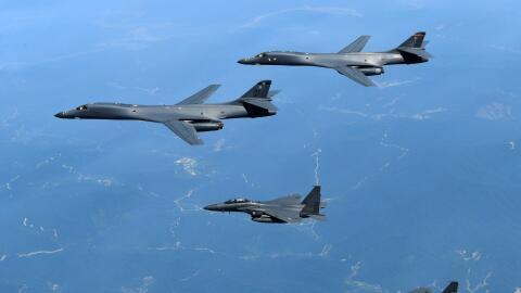 Bombarderos estadounidenses B-1B Lancer en maniobra militar con cazas su...
