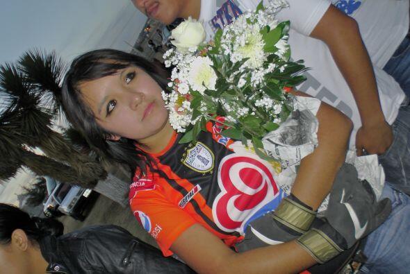 Un abrazo a las flores en su memoria hacía más llevadero el momento.