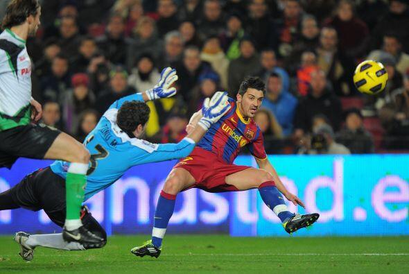 'El guaje' Villa intentó pero no pudo anotar ante la mirada del portero...