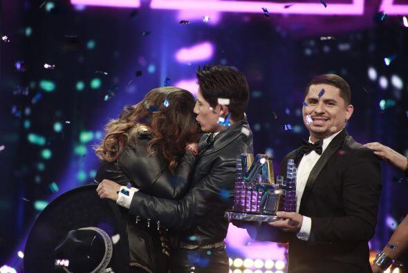 Los dos finalistas de abrazaron.