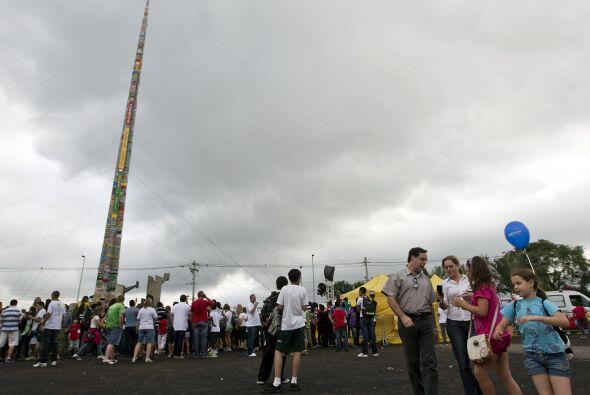 Centos de brasileños se congregaron en Sao Paulo para construir la torre...