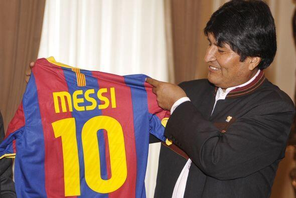 El presidente de Bolivia, Evo Morales, mostrando el uniforme del Barcelo...