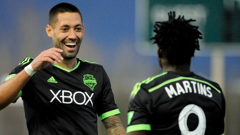 Clint Dempsey y Obafemi Martins celebran un gol para Seattle Sounders