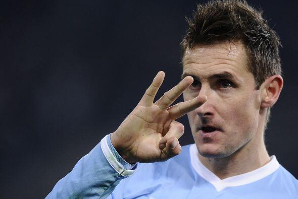 Miroslav Klose estuvo en el lugar y momento ideal para poner el 1-0.