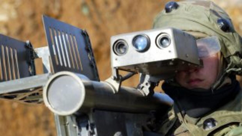 Un soldado utiliza un lanzamisiles antiaéreos Stinger, altamente efectiv...