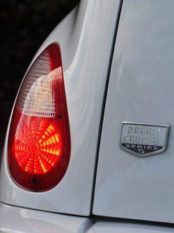 Junto a las luces traseras está la insignia que lo distingue como edició...
