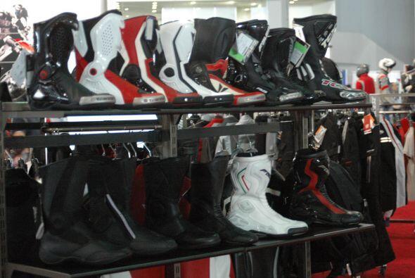 Las botas son otro de los elementos esenciales para el look completo de...