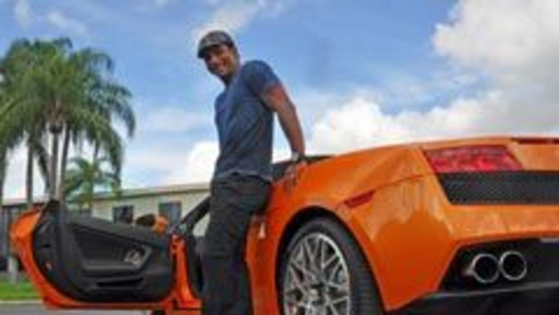 Jon Secada bailó con el Lamborghini Gallardo
