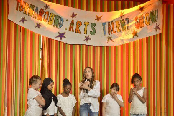 """La actriz cantó y bailó junto a cinco niñas la canción """"You're never ful..."""