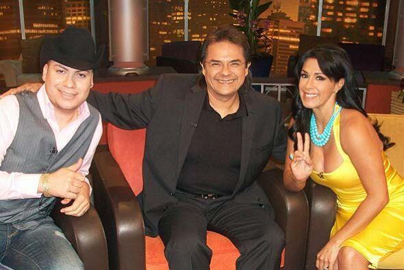 La presentadora de Escándalo TV atenta a las historias de los invitados...