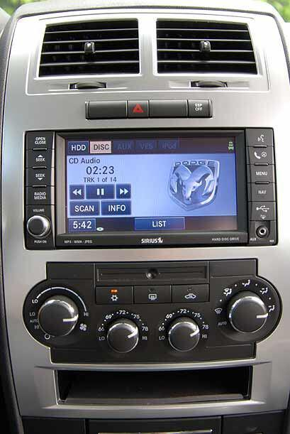 El sistema UConnect integra GPS, audio y telefonía por medio de voz.