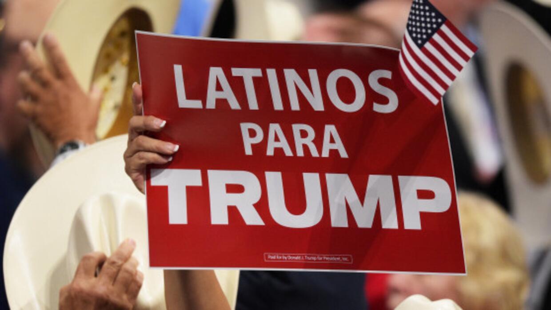 Carteles que se reparten en la campaña de Trump.