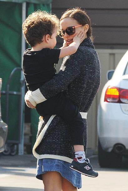 Mira a la ganadora del Oscar con su encantadora familia mientras salen d...