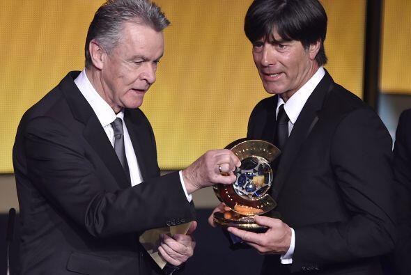 El entrenador alemán Joachim Löw se llevó el trofeo al mejor entrenador...