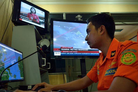 Un funcionario de la agencia de búsqueda y rescate nacional de Indonesia...