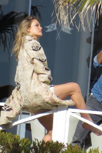 La modelo hizo una candente sesión de fotos cerca del mar durante...