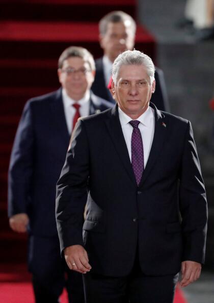 """Más conocido, pero con seguridad menos que sus predecesores, es <b>Miguel Díaz-Canel, el presidente de Cuba.</b> Es el<a href=""""https://www.univision.com/noticias/america-latina/en-fotos-miguel-diaz-canel-el-civil-que-sustituye-a-raul-castro-en-la-presidencia-de-cuba-fotos"""" style=""""text-decoration:none;""""> <u>primer presidente cubano civil, sin el apellido Castro</u></a> y nacido después de la revolución comunista cubana establecida en 1959. En abril de 2018 fue elegido por Raúl Castro para ser su sucesor y la Asamblea Nacional cubana lo ratificó con el 99.83% de los votos como presidente del Consejo de Estados y de Ministros de Cuba."""