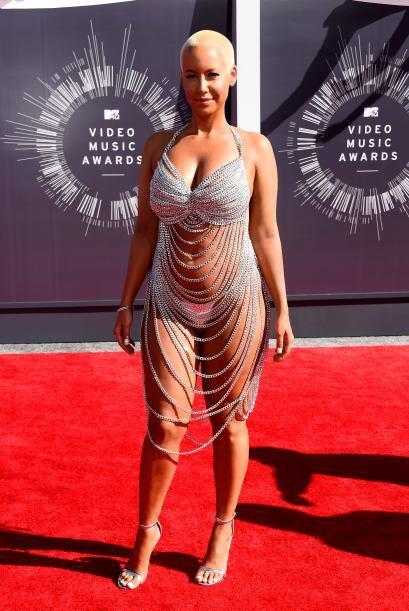 ¡Por favor! Alguien que tape a Ciara, le va a dar un resfriado con ese v...