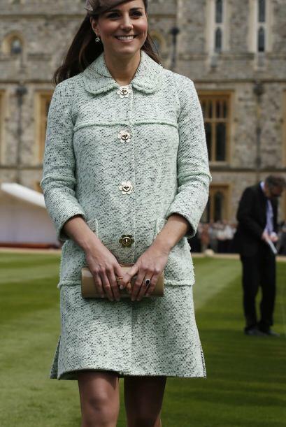 Radiante Kate mostró su ya redonda figura con un traje menta m&aa...