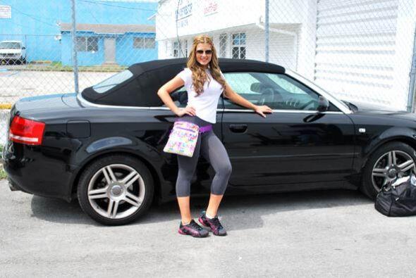 A la guapa Lisandra le gustó mucho este auto y quiere tener uno igual pe...