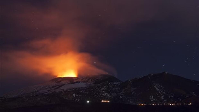 Un relámpago se ve en una nube de humo en el volcán Etna.