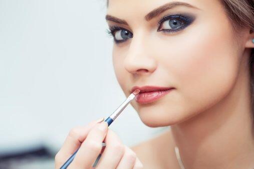 Los labios deben ser más bien discretos, pues nuestro rostro ya resulta...