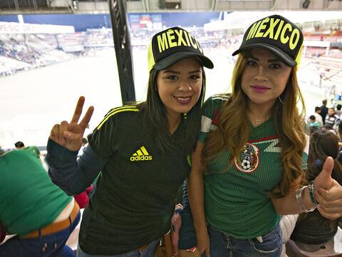 Gran ambiente y colorido se vivió en la Bombonera con el partido...