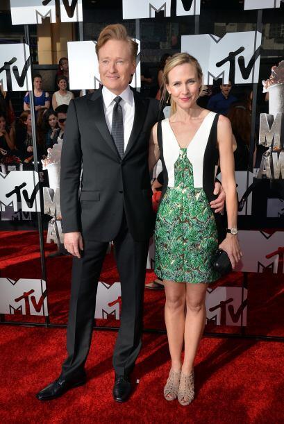 Conan y su esposa, Liza Powel.  Mira aquí los videos más chismosos.