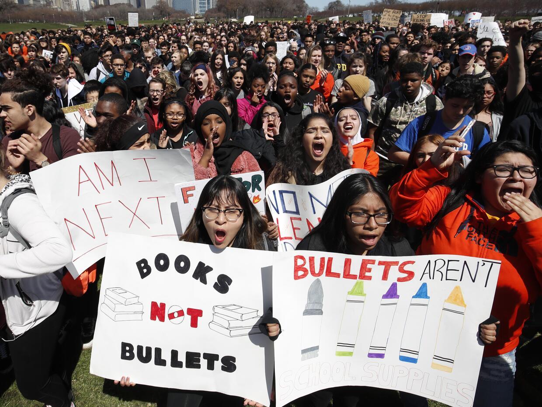 Los estudiantes de Chicago salieron a la calle a exigir mayores controle...