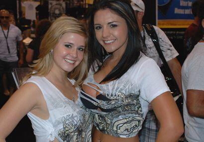 Otras dos hermosas chicas vestidas con la ropa típica de estos eventos.
