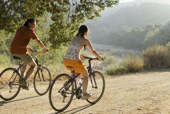 Por ejemplo, andar en bicicleta a un ritmo moderado, unas 2 o 3 veces po...
