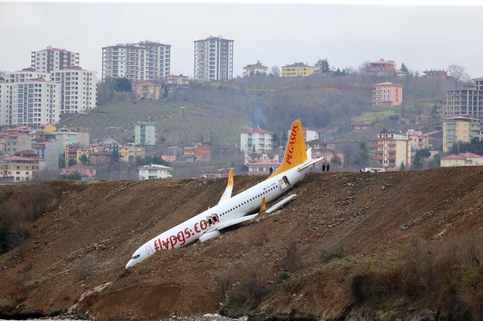 Muere una persona tras el aterrizaje de emergencia de un avión por la fa...
