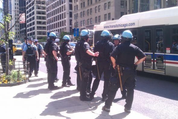Encuentro entre policias y manifestantes OTAN