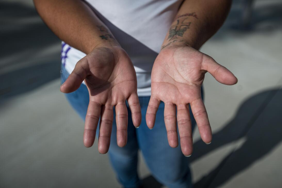Blanca, 25, de El Salvador, vino a Estados Unidos a los 14 años y desde...