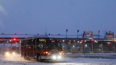 Un vehículo de emergencia sale del Thruway cerca de Buffalo en momentos...