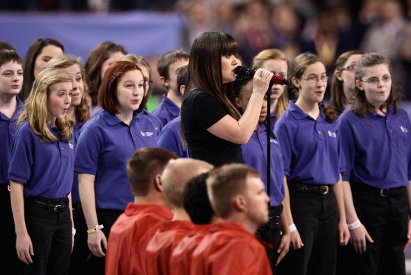 Kelly Clarkson salió al escenario para interpretar el himno.