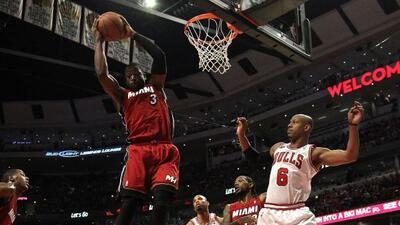 Dwyane Wade del Miami Heat controló un rebote contra Keith Bogans de los...