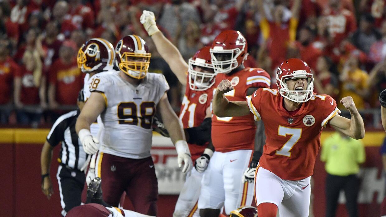 Harrison Butker, pateador de los Chiefs de Kansas City, festeja luego de...