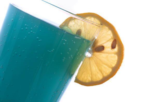 Si te gustan las bebidas coloridas, puedes optar por un Blue Curacao, li...