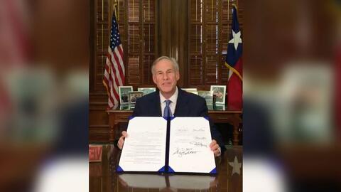 Por medio de una transmisión de Facebook, el gobernador de Texas firmó l...