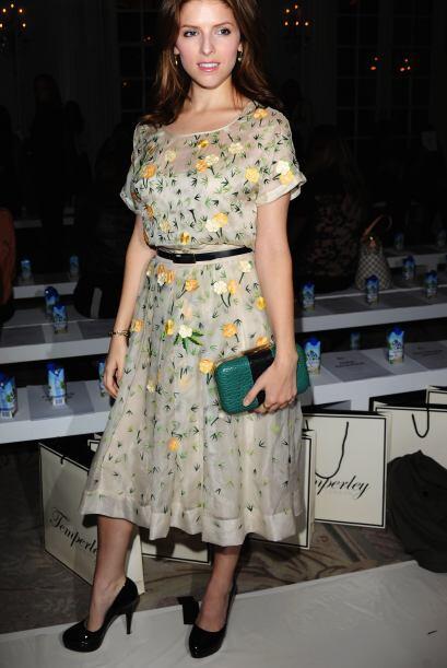 La actriz, Anna Kendrick, se mostró muy femenina luciendo la tendencia f...