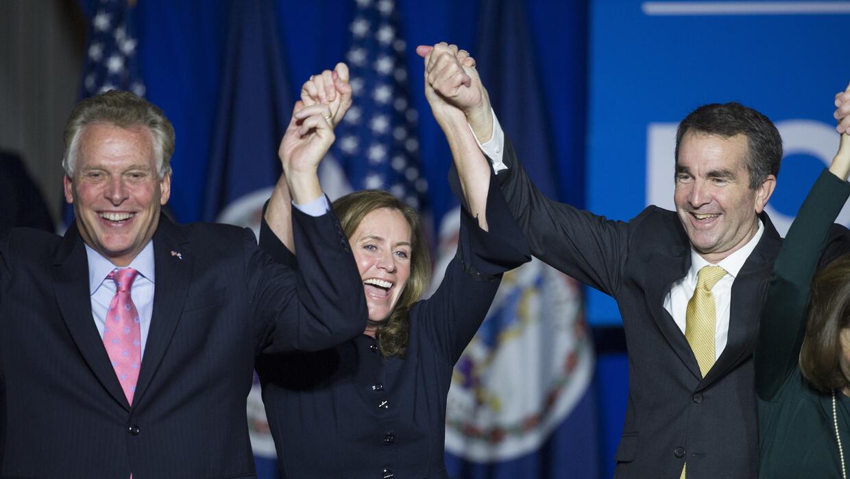 El gobernador electo de Virginia. Ralph Northam, a la derecha, celebra s...