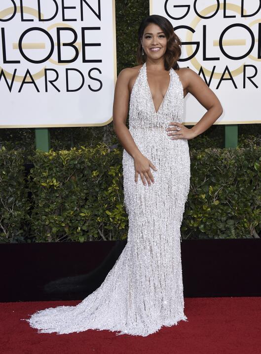 Gina Rodriguez, bellísima con un vestido de aires del cine clásico que l...