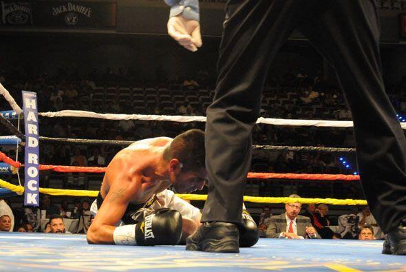 Ernie Marquez cayó en el cuarto para poner fin a la pelea en un buen tri...